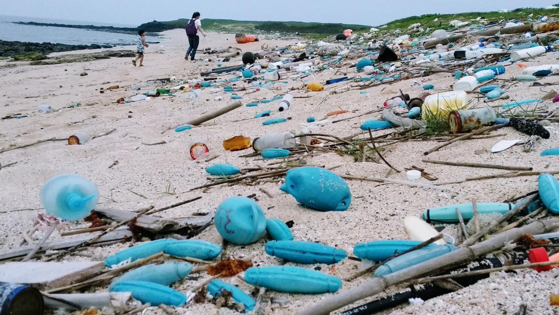 澎湖冬日海邊,常常見到這些來自對岸海漂廢
