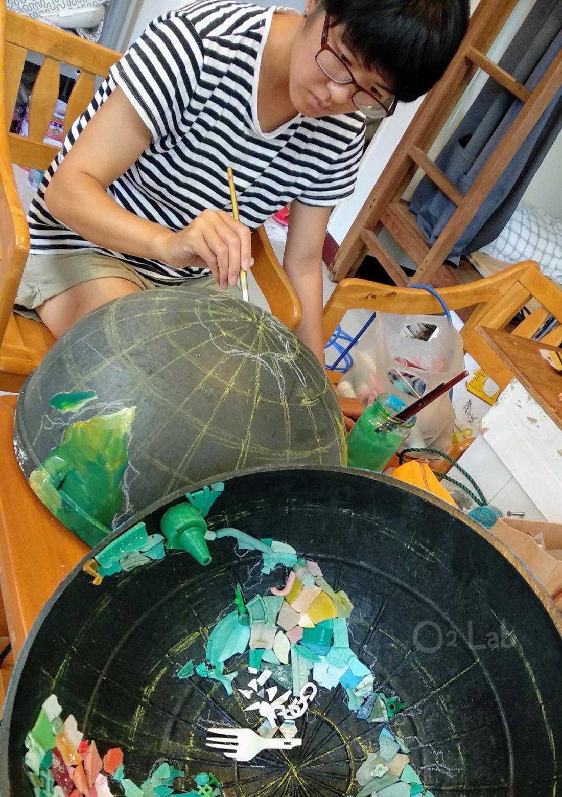 圓形的浮球,就好像我們的地球。