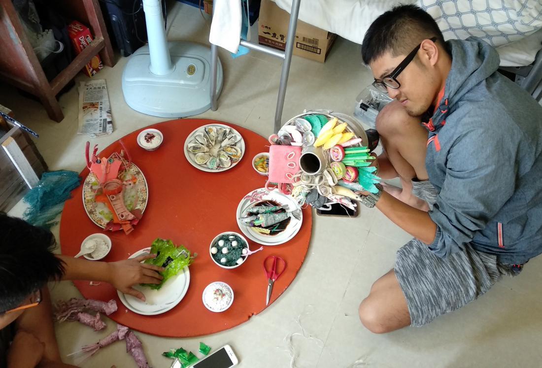 海漂藝工隊員們共同完成了這桌海廢大餐,從