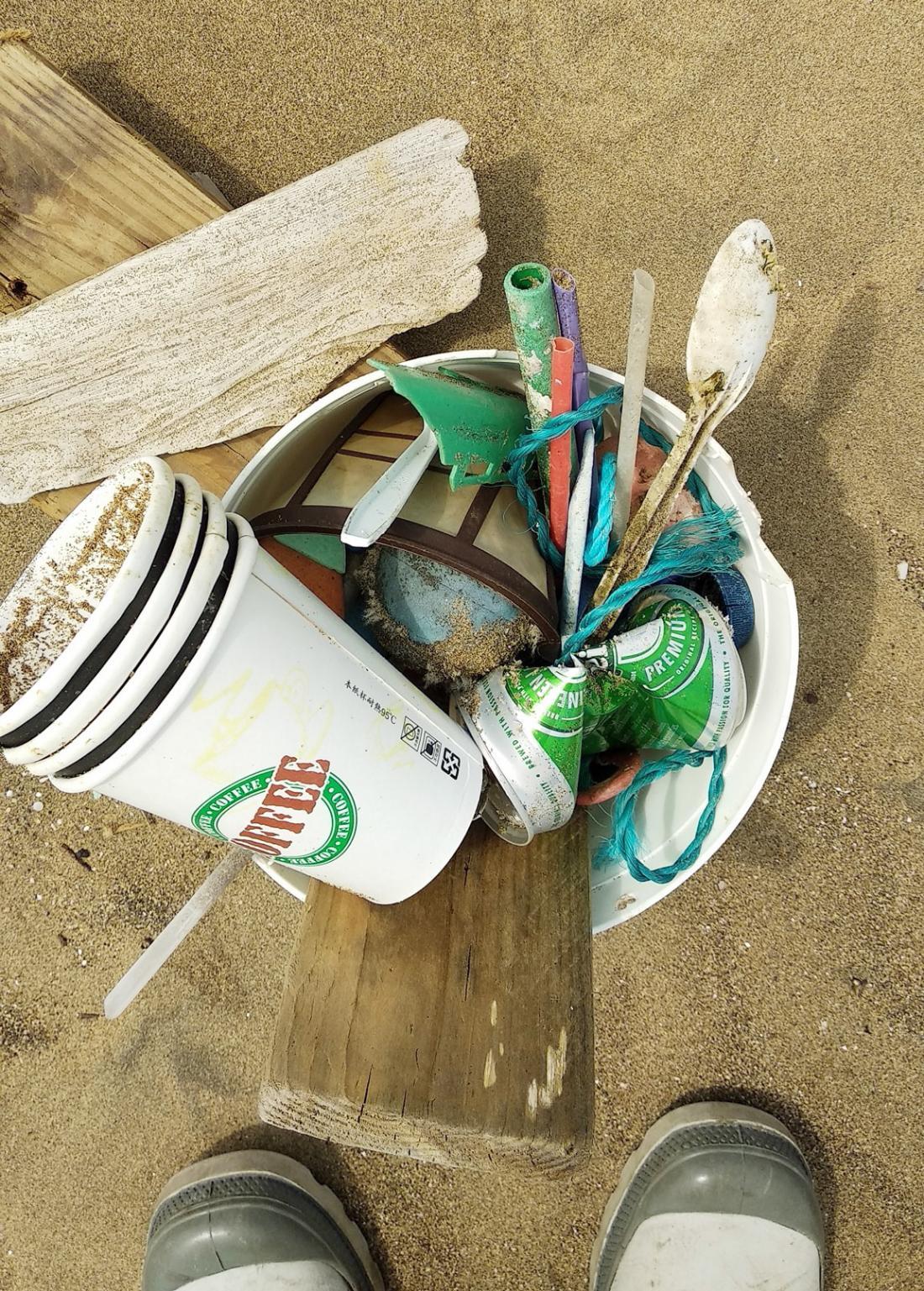 有看到眾垃圾中,有一根像珍珠奶茶吸管的海
