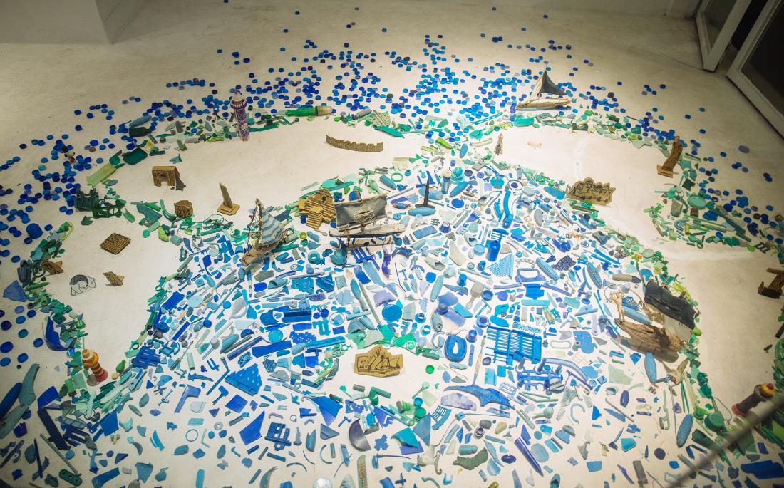海洋的藍色全是淨灘拾起的塑膠垃圾,海洋的